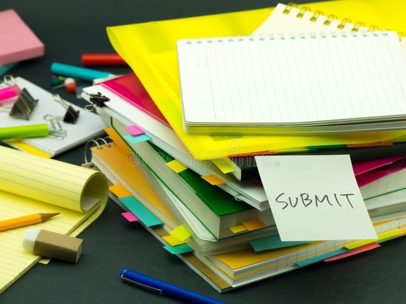 La pila de documentos de negocio; Enviar imágenes de archivo libres de regalías