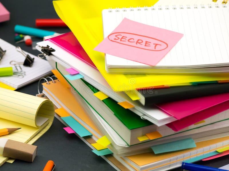La pila de documentos de negocio; Secreto imagenes de archivo