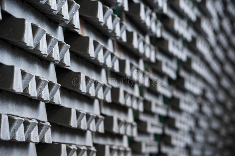 La pila de lingotes de aluminio crudos en aluminio perfila la fábrica imagen de archivo libre de regalías