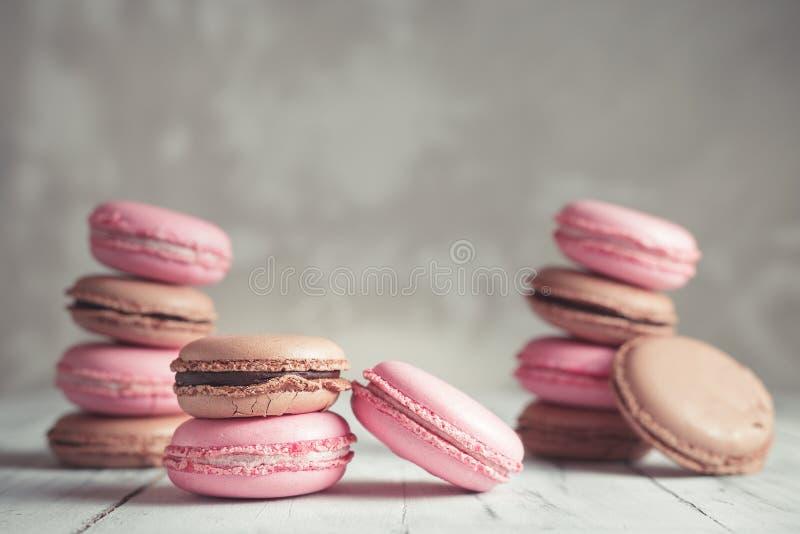 La pila de pastel de la frambuesa y del chocolate coloreó Macarons o Maca imágenes de archivo libres de regalías