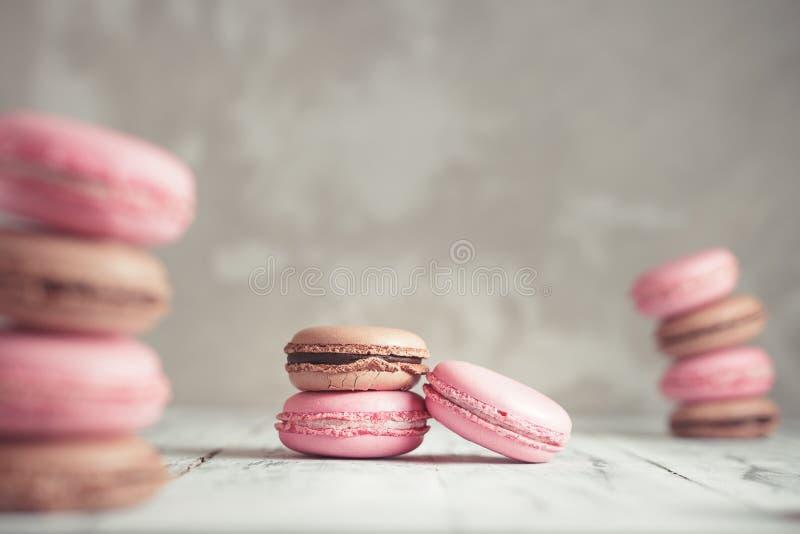 La pila de pastel de la frambuesa y del chocolate coloreó Macarons o Maca imagen de archivo