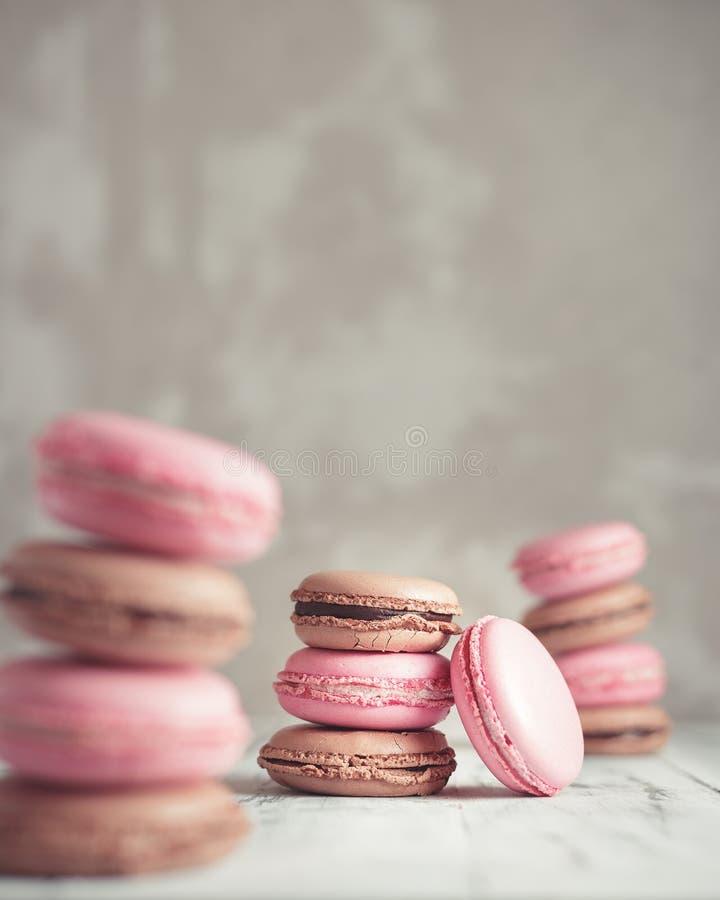La pila de pastel de la frambuesa y del chocolate coloreó Macarons o Maca foto de archivo libre de regalías