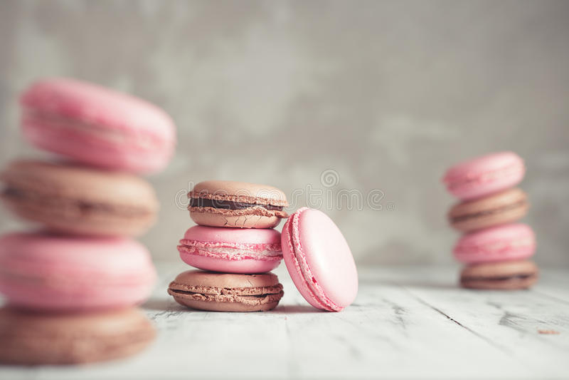 La pila de pastel de la frambuesa y del chocolate coloreó Macarons o Maca imagen de archivo libre de regalías