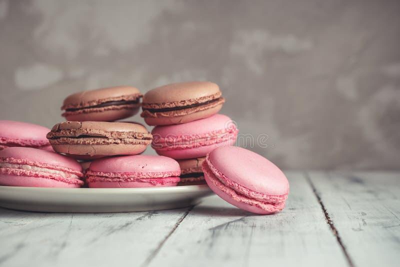 La pila de pastel de la frambuesa y del chocolate coloreó Macarons o Maca foto de archivo