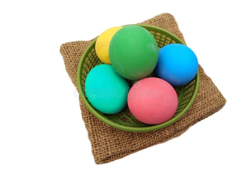 La pila de siglo colorido o de potasa preservó los huevos en cesta plástica verde en harpillera marrón fotografía de archivo libre de regalías