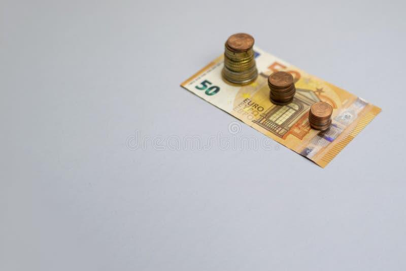 La pila del dinero intensifica el dinero creciente del ahorro del crecimiento, inversi?n empresarial financiera del concepto foto de archivo