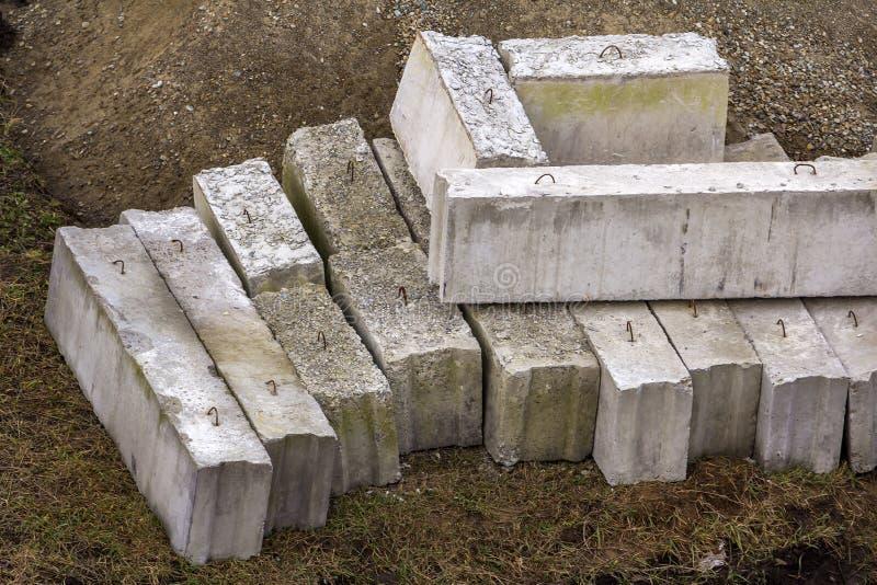 La pila di dimensioni differenti irregolari marroni naturali approssimative e le forme lapidano i blocchetti di calcestruzzo del  fotografia stock