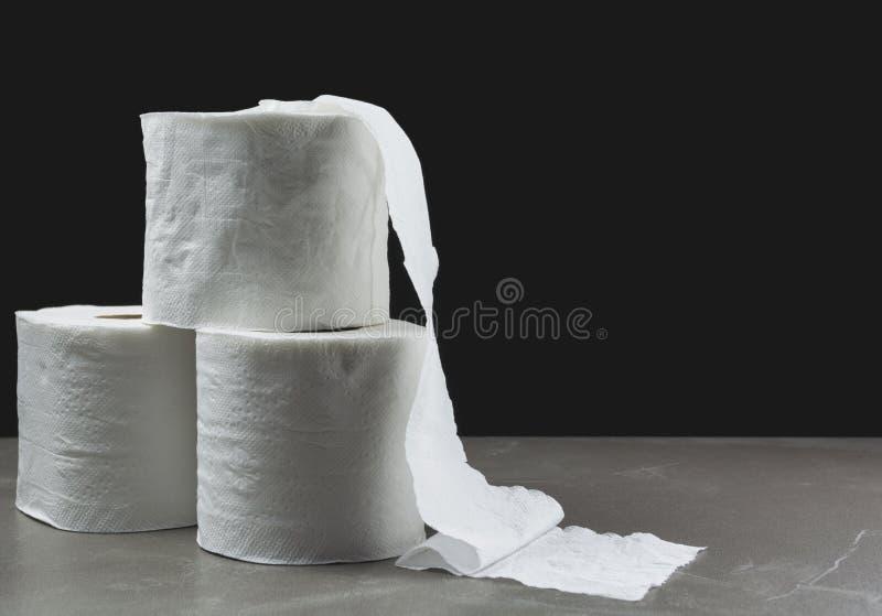La pila di immagine del primo piano di carte igieniche rotola sulla tavola fotografia stock