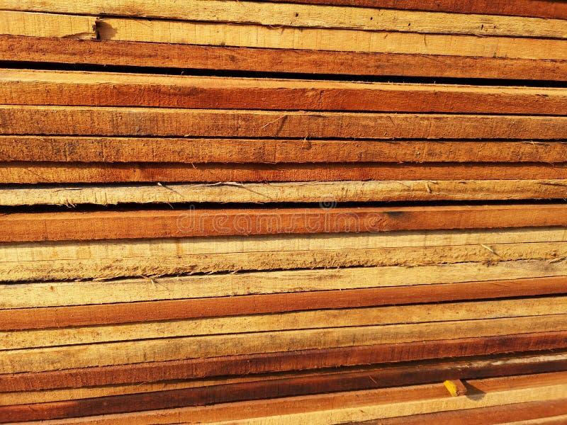 La pila di legno ha impilato insieme la natura incide i pezzi per lavoro di decorazione o il materiale della struttura immagini stock libere da diritti