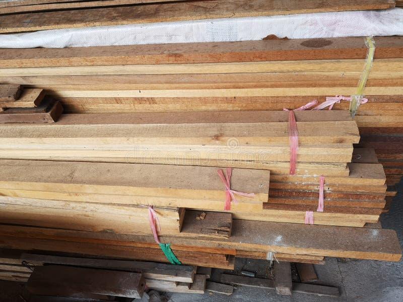 La pila di legno ha impilato insieme la natura incide i pezzi per la pianta del ‹del background†della superficie di struttura d immagine stock