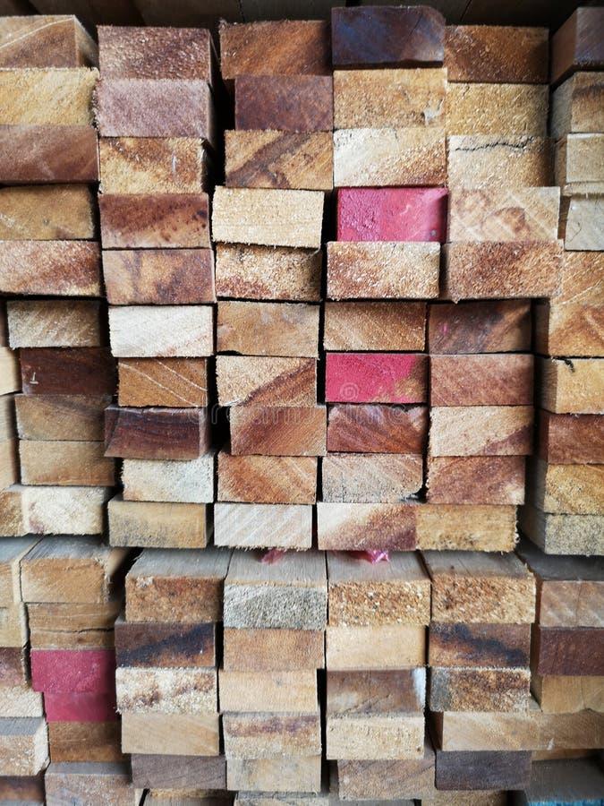 La pila di legno ha impilato insieme la natura incide i pezzi per la pianta del ‹del background†della superficie di struttura d immagini stock libere da diritti