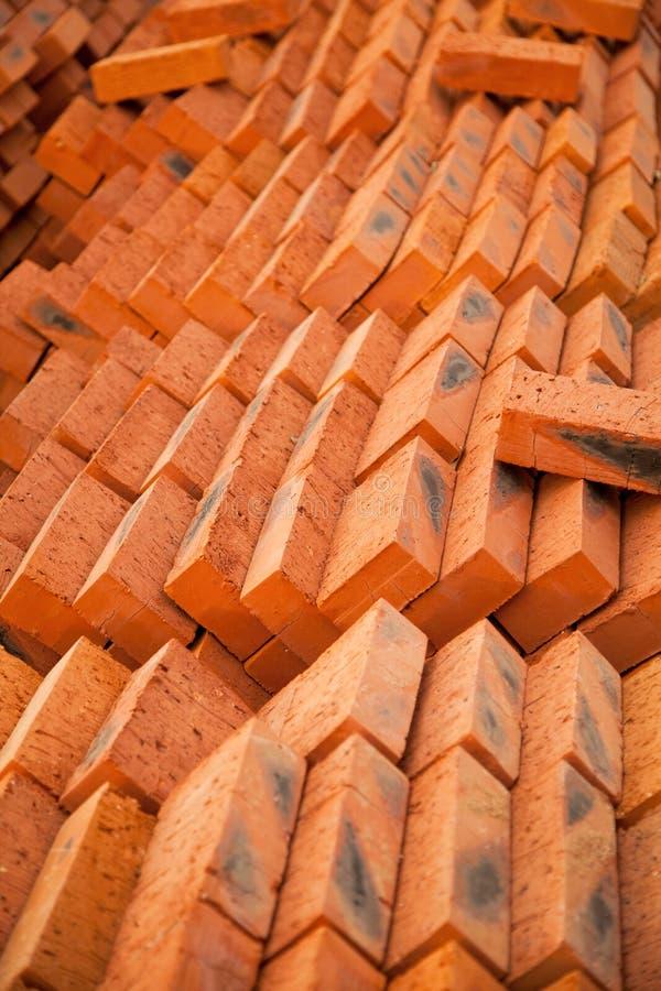 La pila di nuovi mattoni rossi ha sistemato piacevolmente al cantiere fotografie stock
