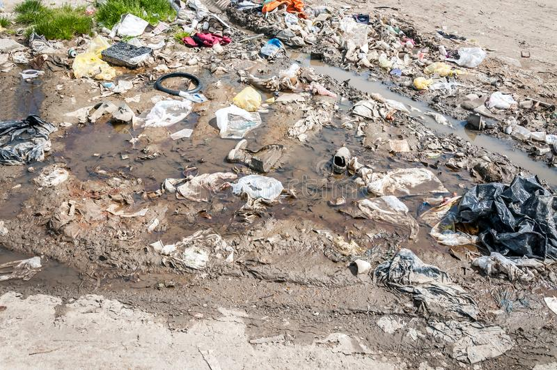 La pila grande de desperdicios y de basura descargó en la naturaleza o el parque en la ciudad que contaminaba el ambiente con el  fotografía de archivo libre de regalías