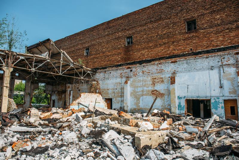 La pila grande de los desperdicios concretos, ruina de un edificio destruido después del desastre, huracán o guerra, arruinó la c imagenes de archivo