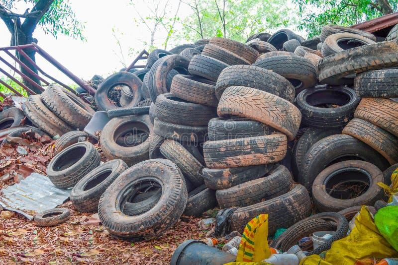 La pila utilizó los neumáticos para reciclar fotos de archivo