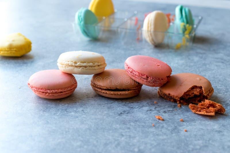 La pile colorée française ou d'Italien de Macarons/macaron durcit images libres de droits