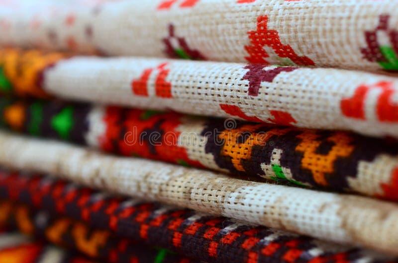 La pile d'art populaire ukrainien traditionnel a tricoté des modèles de broderie sur le tissu de textile photos libres de droits