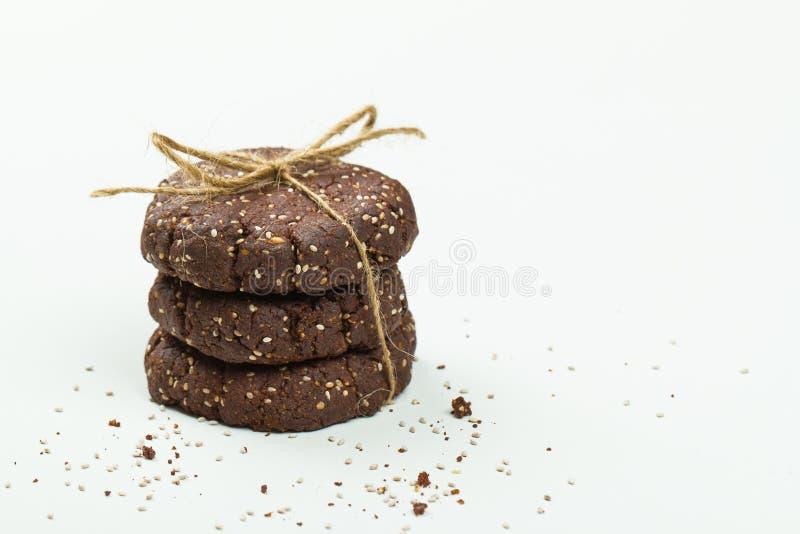La pile de chocolat sain, l'amande et le chia sèment des biscuits sur le blanc images libres de droits