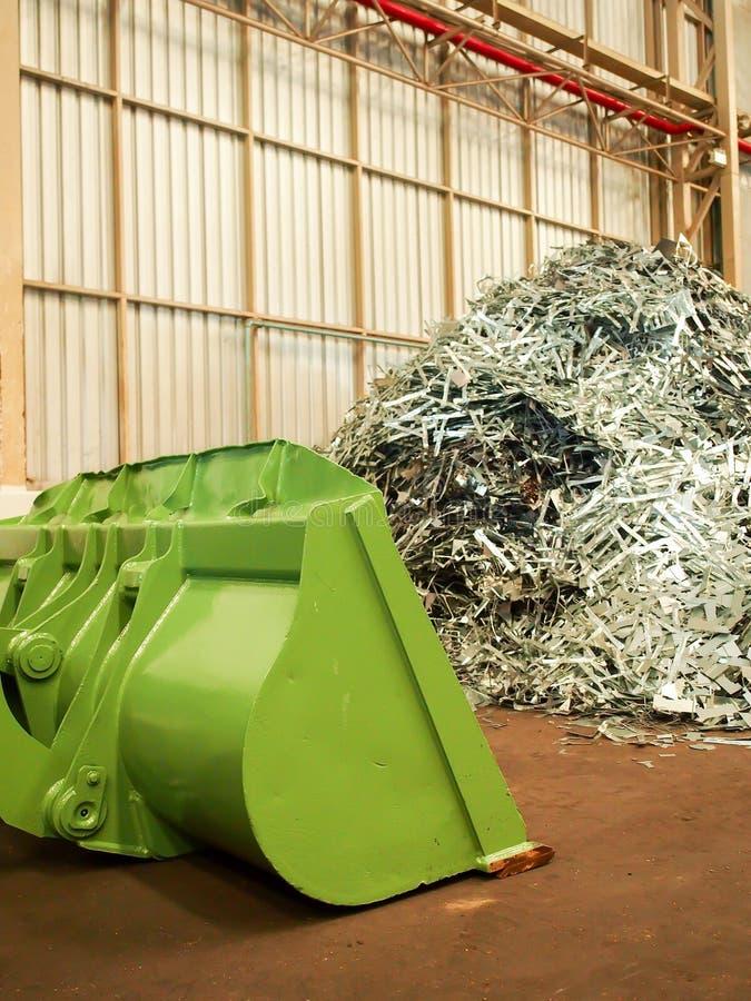 La pile de déchet métallique et le grand bouteur réutilisent dedans l'usine, Thaïlande image stock
