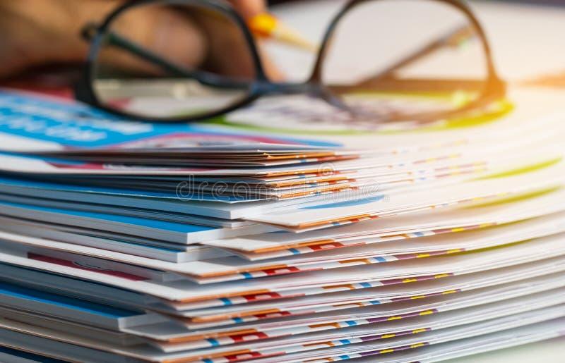 La pile de documents sur papier de rapport pour le bureau d'affaires avec les verres, papiers d'affaires pour des dossiers de rap photo stock