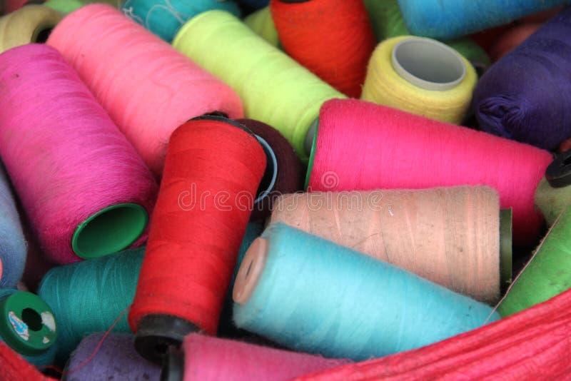 Cônes colorés de fil photos stock