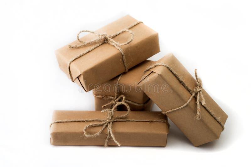 La pile de handcraft des boîte-cadeau sur le fond blanc photos stock