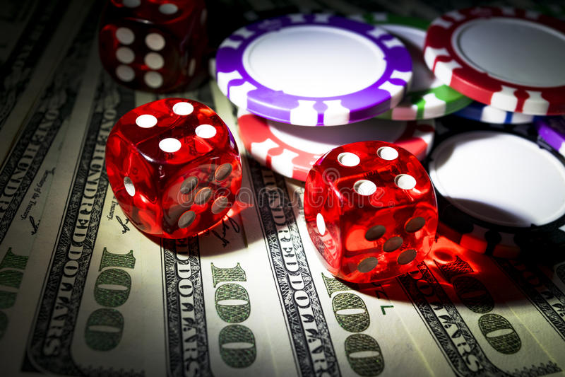 La pile de jetons de poker avec des matrices roule sur des billets d'un dollar, argent Table de tisonnier au casino Concept de je photographie stock libre de droits