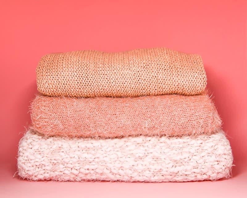 La pile de l'automne et de l'hiver a tricoté des chandails sur une étagère à la maison de garde-robe Vêtements modernes de mode a images libres de droits