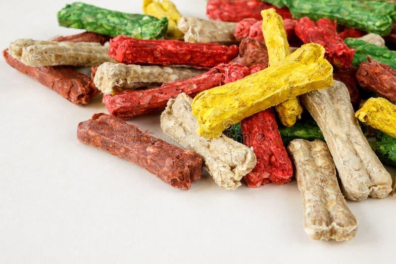 La pile de l'os a formé des festins de chien dans différentes couleurs et saveurs photographie stock