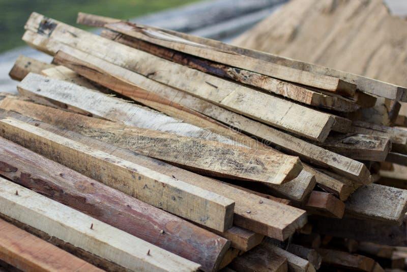 La pile de la construction de attente de bois de construction quelque chose dans le site du const photos stock