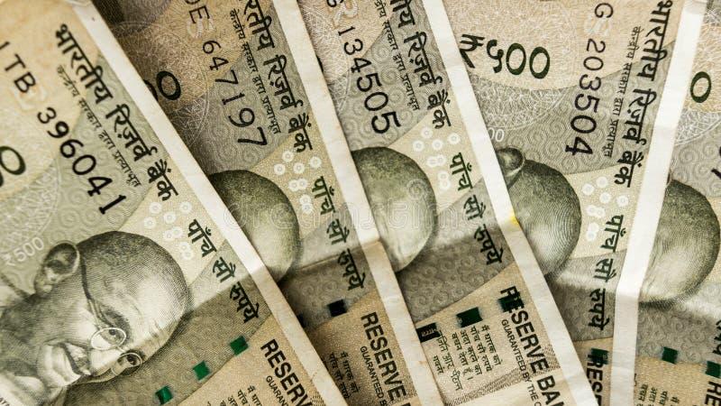 La pile de la nouvelle note indienne de cinq cents roupies admirablement a écarté dessus Une partie de chef de Mahatma Gandhi du  images stock