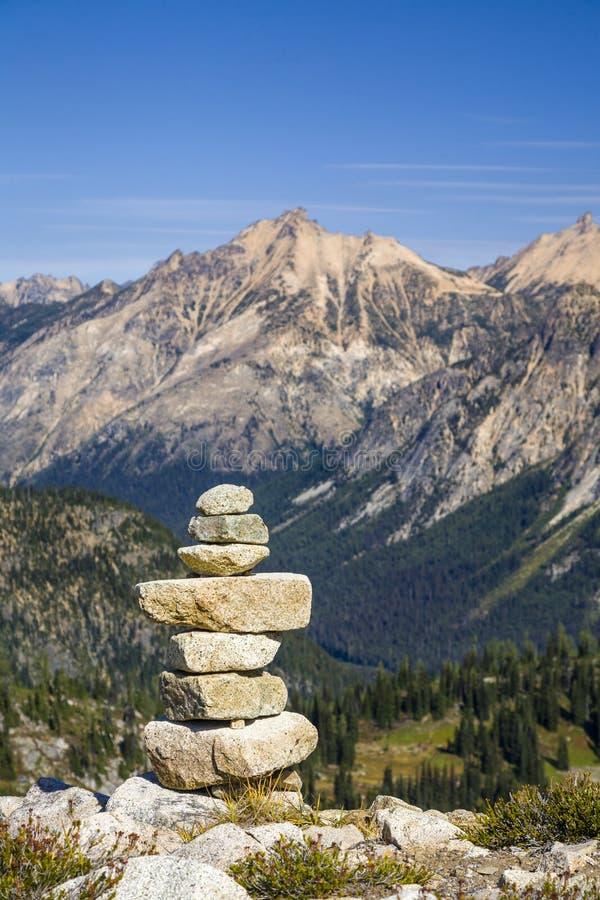 La pile de roches de pierres traînent le cairn de marqueur dans les montagnes, parc national de cascades du nord, Washington Stat photo stock