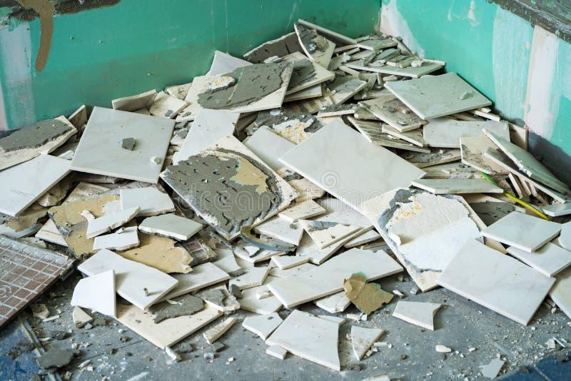 La pile des carreaux de céramique reste après la rénovation de salle de bains prête pour être jeté dans les déchets photo stock
