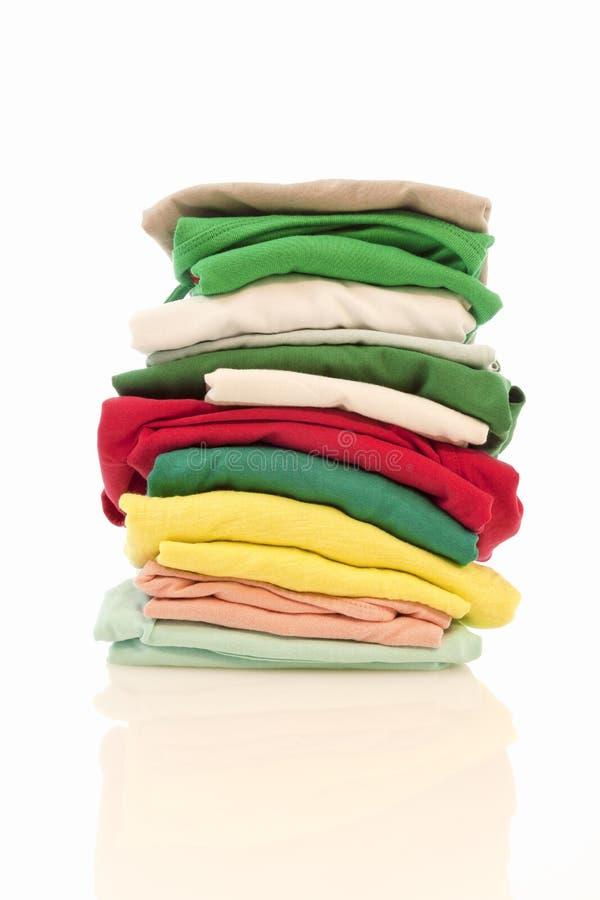 La pile des chemises a isolé 4 photographie stock