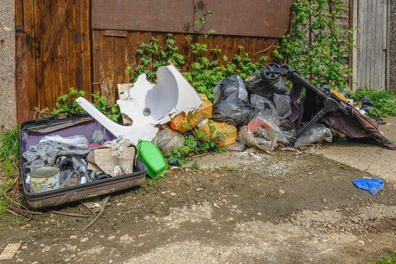 La pile des déchets, se décomposant après avoir été mouche inclinée et est partie dans un u photographie stock libre de droits
