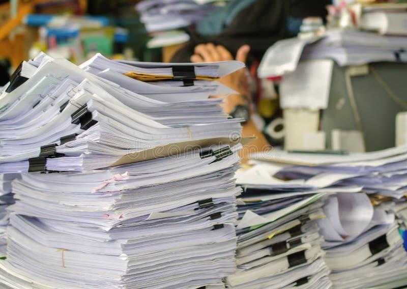 La pile des documents sur le bureau empilent haut l'attente à contrôler image libre de droits