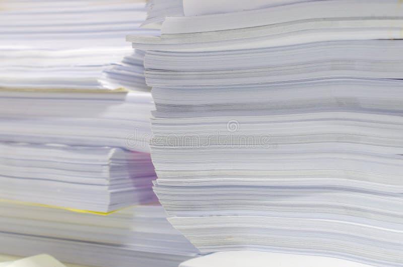 La pile des documents sur le bureau empilent haut l'attente à contrôler photo libre de droits