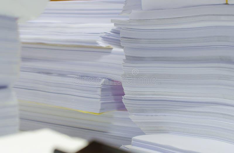 La pile des documents sur le bureau empilent haut l'attente à contrôler images libres de droits