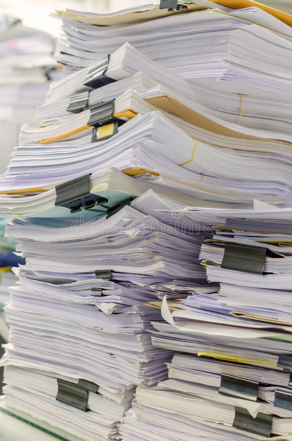 La pile des documents sur le bureau empilent haut l'attente à contrôler photos stock