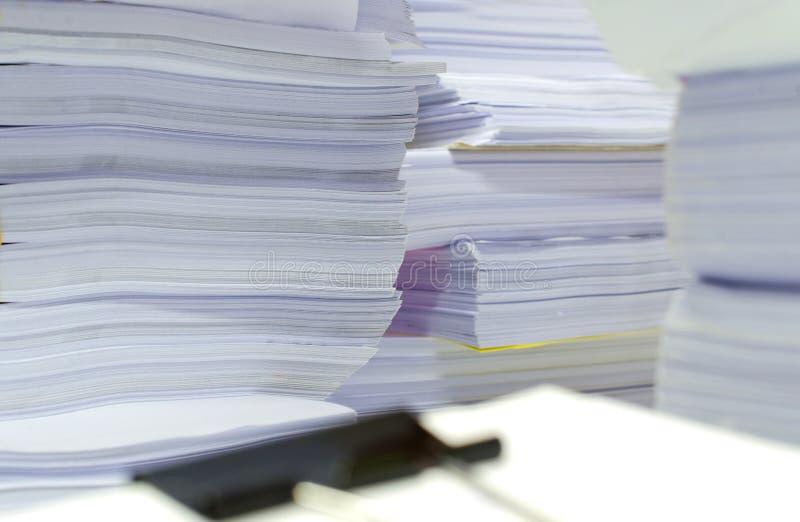 La pile des documents sur le bureau empilent haut l'attente à contrôler photos libres de droits