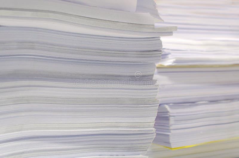 La pile des documents sur le bureau empilent haut l'attente à contrôler photos stock