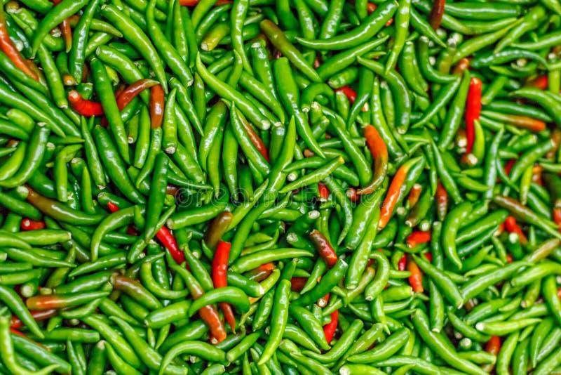 La pile des poivrons de piments verts et rouges frais a mélangé la texture Fond cru de nourriture Fin vers le haut Marché végétal photographie stock