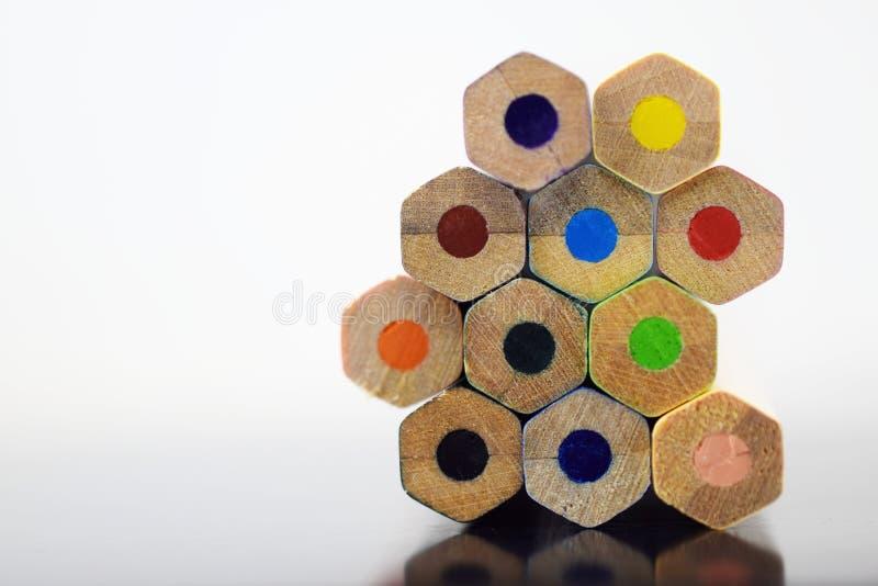 La pile du dièse a coloré des crayons de dessin sur la table Concept d'art, image libre de droits