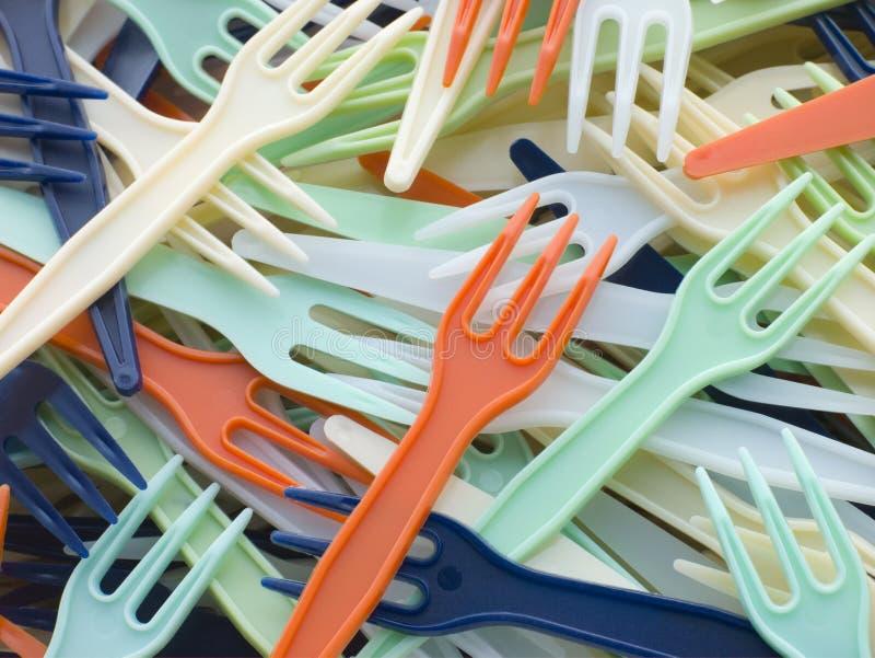La pile du plastique coloré emportent des fourchettes images libres de droits