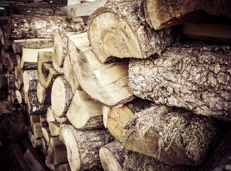 La pile en bois semble vieille et sèche en raison de la coloration photos stock