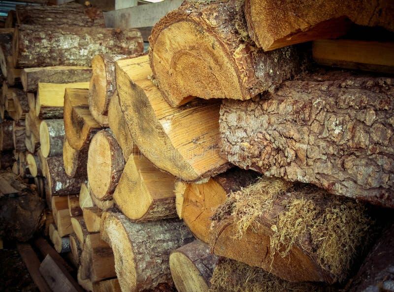 La pile en bois a la texture profonde images stock