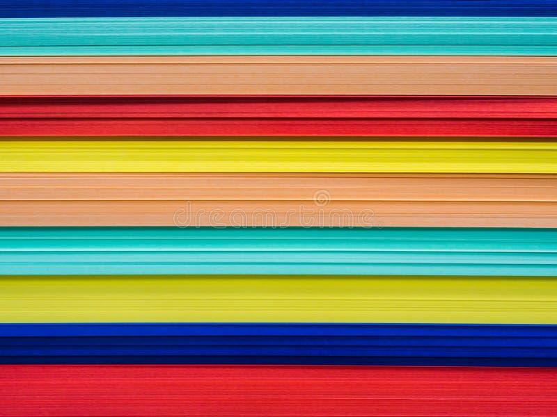 La pile haute étroite de l'arc-en-ciel a coloré des papiers pour le travail créatif image libre de droits