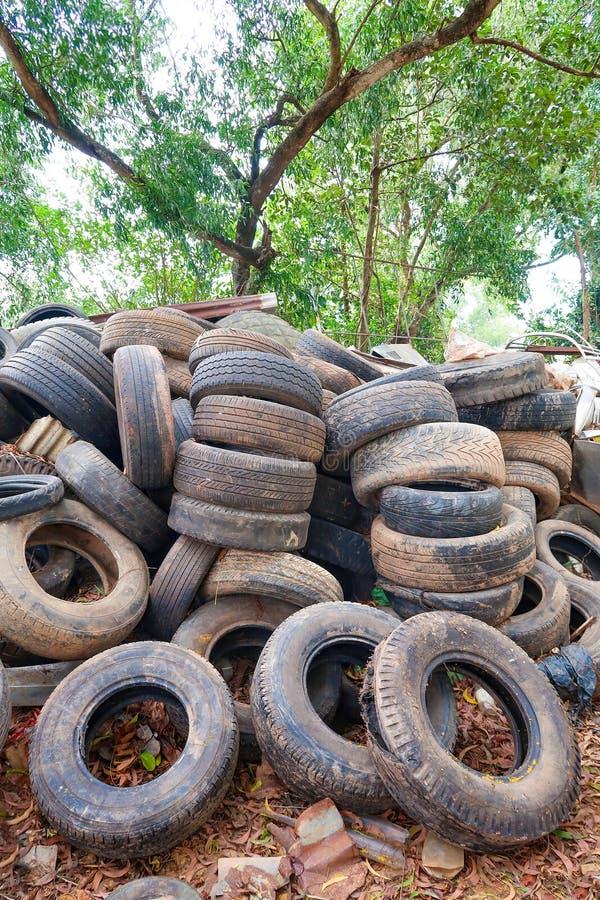 La pile a utilisé des pneus pour la réutilisation photos stock