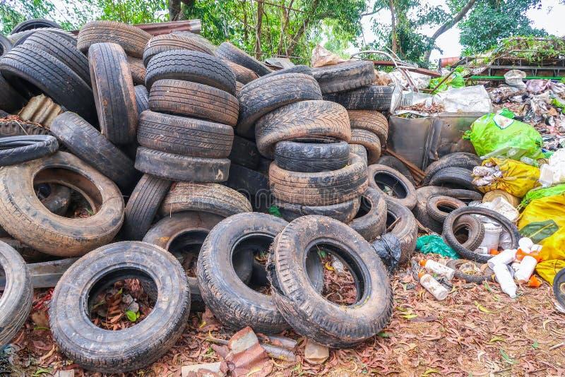 La pile a utilisé des pneus pour la réutilisation images stock