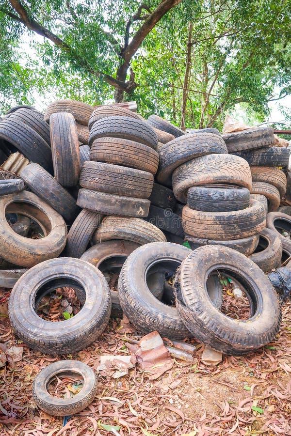 La pile a utilis? des pneus pour la r?utilisation image libre de droits